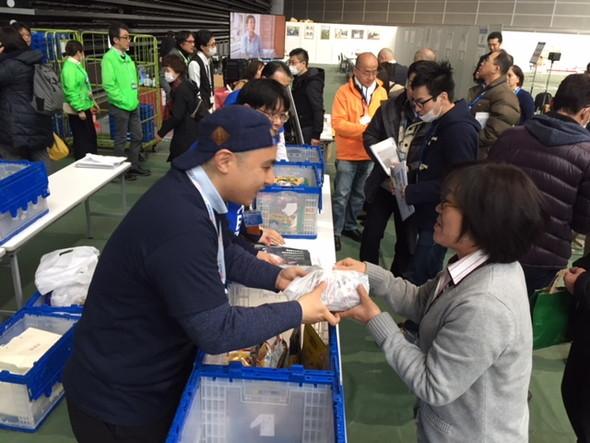 持ち込まれた食品を受け取る様子 会場では2HJの活動を紹介する展示がなされました